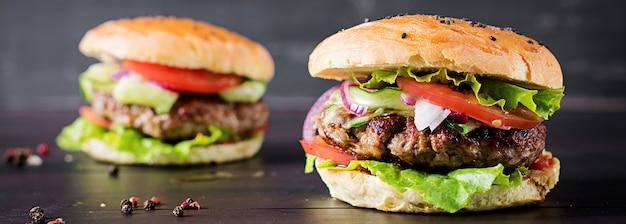 Hambúrgueres com carne, tomate, cebola roxa e alface