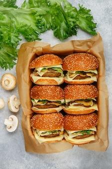 Hambúrgueres com costeleta de carne ou frango