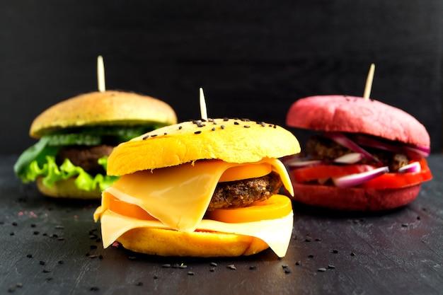 Hambúrgueres com pães coloridos.