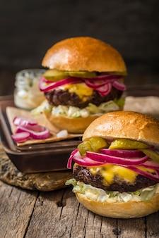 Hambúrgueres com pickles de frente