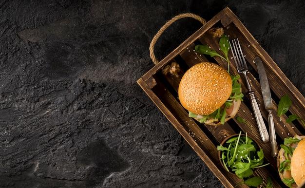Hambúrgueres com vista superior na cesta com espaço de cópia