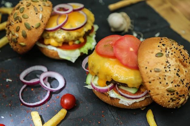 Hambúrgueres de carne com ingredientes