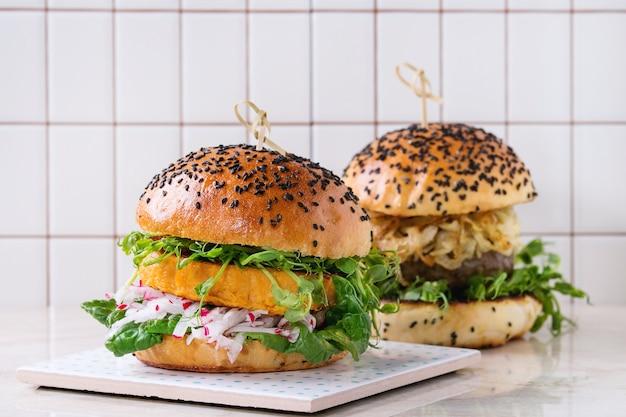 Hambúrgueres de carne e vegetais