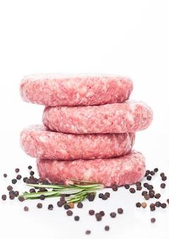 Hambúrgueres de carne fresca crua com pimenta e rosemarine