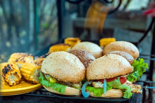 Hambúrgueres de churrasco com legumes na churrasqueira a carvão