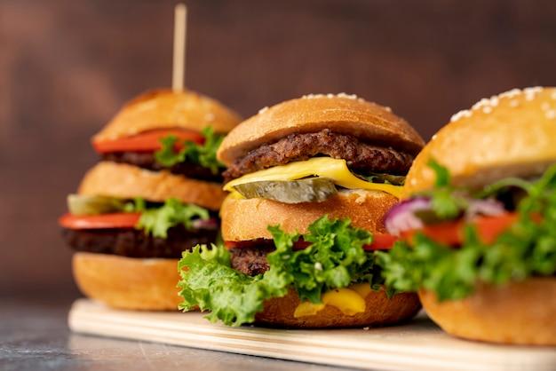 Hambúrgueres de close-up na placa de corte