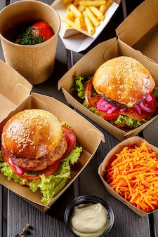 Hambúrgueres de costeleta de carne em caixas de papel