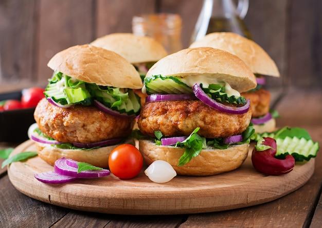 Hambúrgueres de frango picantes suculentos ao estilo asiático - sanduíche