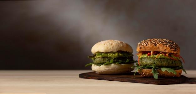 Hambúrgueres de frente em bandeja com espaço para cópia