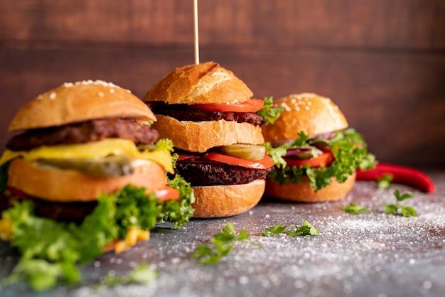 Hambúrgueres de vista frontal na mesa