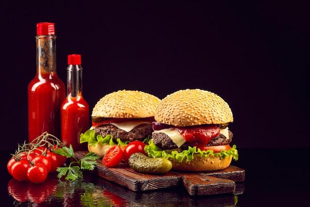 Hambúrgueres de vista frontal na placa de corte