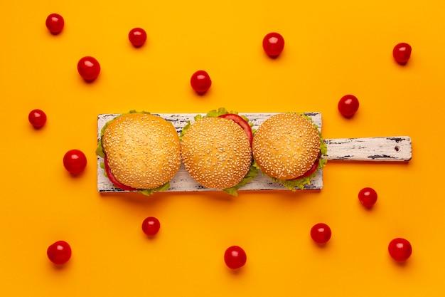 Hambúrgueres de vista superior na placa de corte