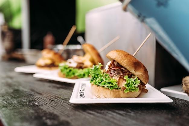 Hambúrgueres deliciosos. comida de rua.