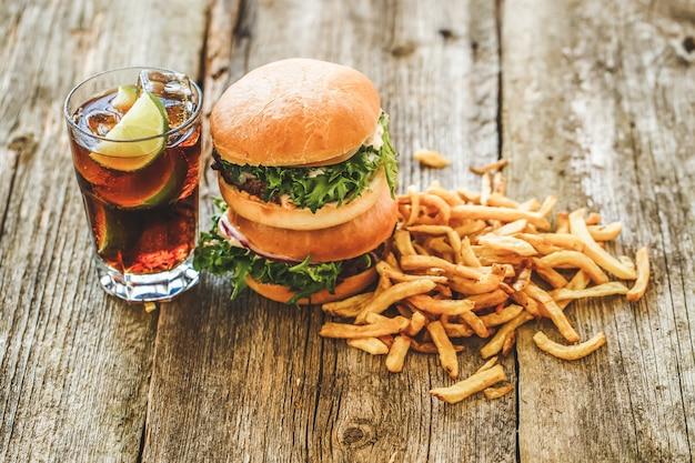 Hambúrgueres deliciosos em cima da mesa