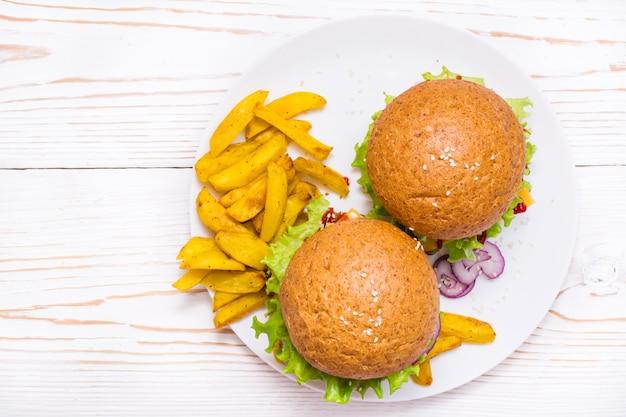 Hambúrgueres e batatas fritas em um prato