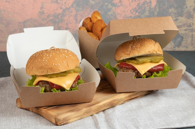 Hambúrgueres em caixas de papel para entrega