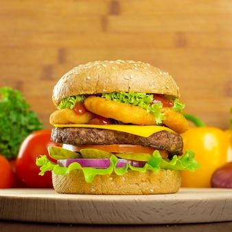 Hambúrgueres em fundo de madeira