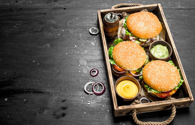 Hambúrgueres em uma velha bandeja no quadro negro