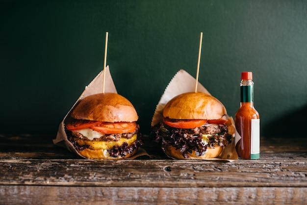 Hambúrgueres grelhados na hora e ketchup na mesa