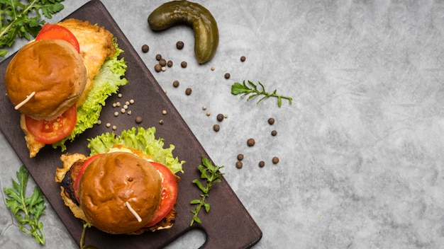 Hambúrgueres na mesa cinza com espaço de cópia