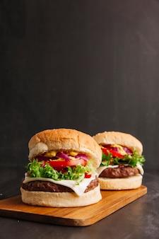 Hambúrgueres na placa de madeira