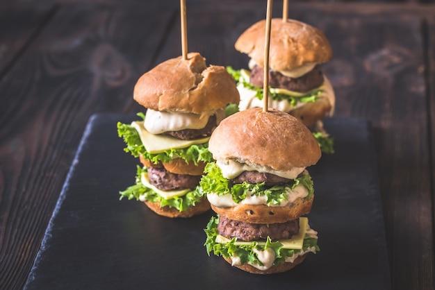 Hambúrgueres na placa de pedra preta