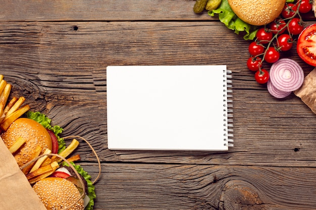 Hambúrgueres planos com bloco de notas de mock-up