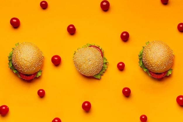 Hambúrgueres planos com tomates cereja