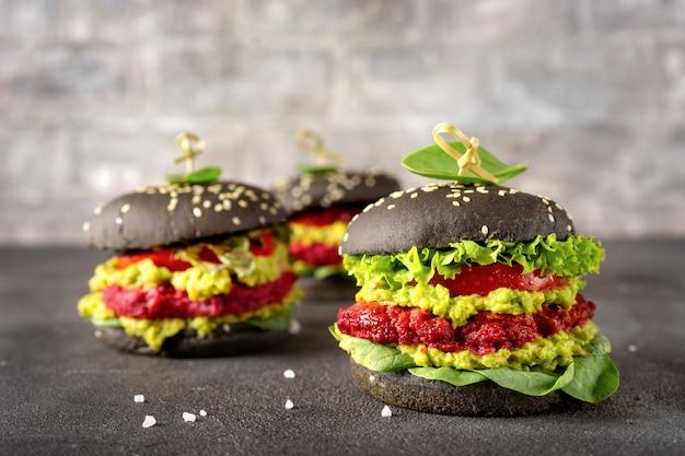 Hambúrgueres pretos veganos com rissóis de beterraba no escuro