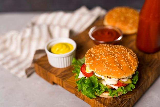 Hambúrgueres saborosos de close-up com mostarda e ketchup