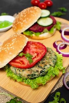 Hambúrgueres saudáveis de alto ângulo