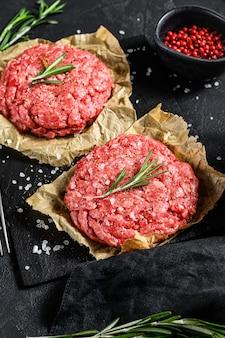 Hambúrgueres triturados crus do bife caseiro handmade. fazenda de carne orgânica. vista do topo