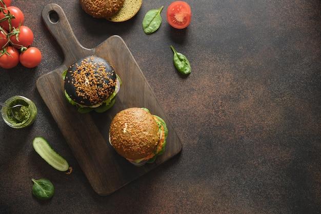 Hambúrgueres veganos com almôndegas de vegetais e molho pesto