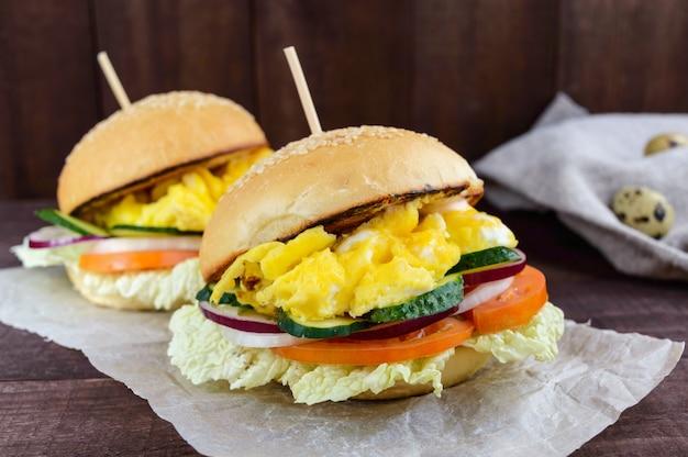 Hambúrgueres vegetarianos com omelete doce e vegetais