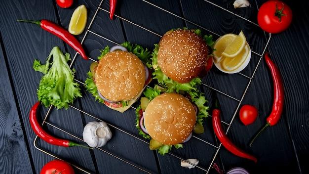 Hambúrgueres vegetarianos em fundo preto