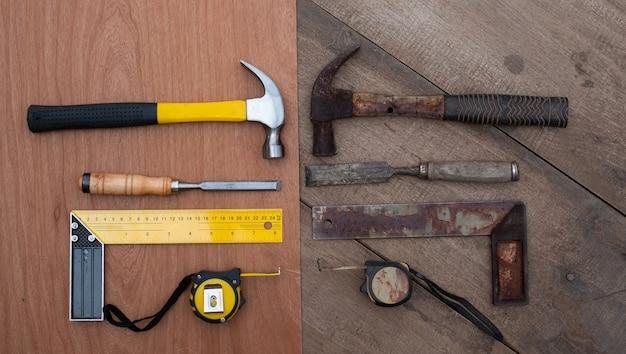 Hamer cinzel fita métrica ruler coleção de ferramentas manuais para marcenaria antigas e novas em uma bancada de madeira tosca