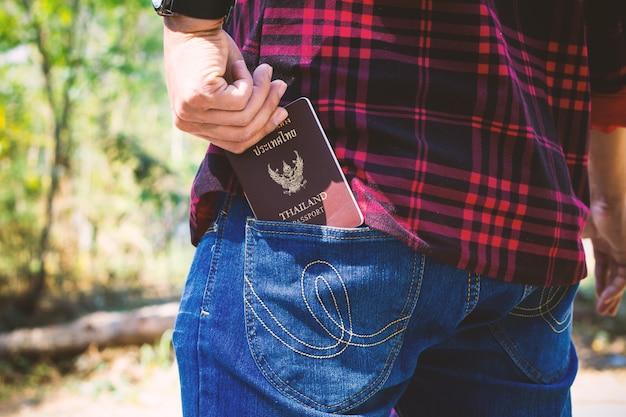Hand escolhido passaporte no bolso