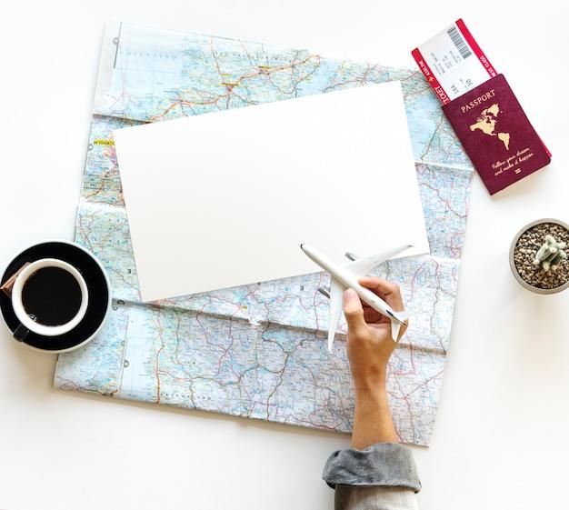 Hand hold toy plane viagem mapa do bilhete de passaporte