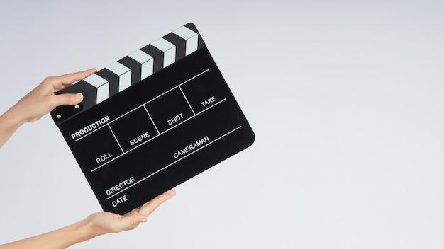 Hands está segurando uma claquete preta ou uma tela de cinema. ele usa na produção de vídeo, cinema, indústria do cinema em fundo branco.