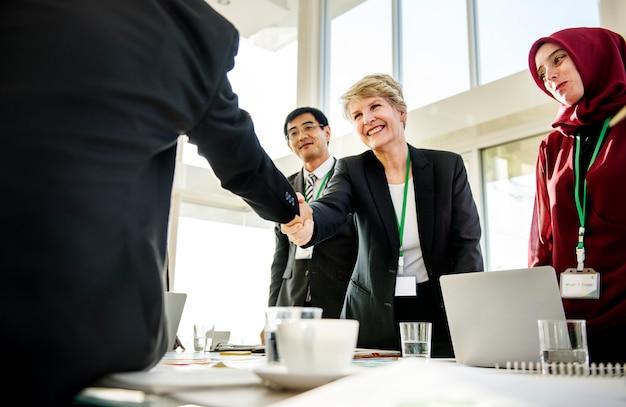 Hands shake acordo parceria conferência diversidade