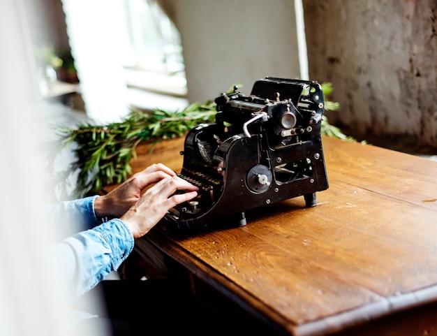 Hands typing typewriter antigo teclado clássico retrô