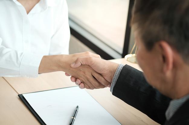 Handshake de advogado com o cliente. parceria do negócio que encontra o conceito bem sucedido.