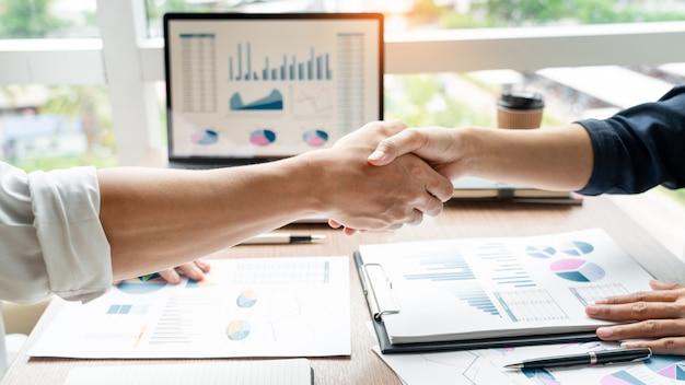 Handshake de negócios após reunião de acordo ou negociação, terminando o projeto de negociação