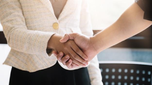 Handshake de pessoas de negócios para o trabalho em equipe de fusão e aquisição de negócios