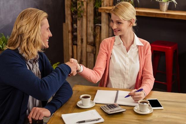 Handshaking de parceiros juntos