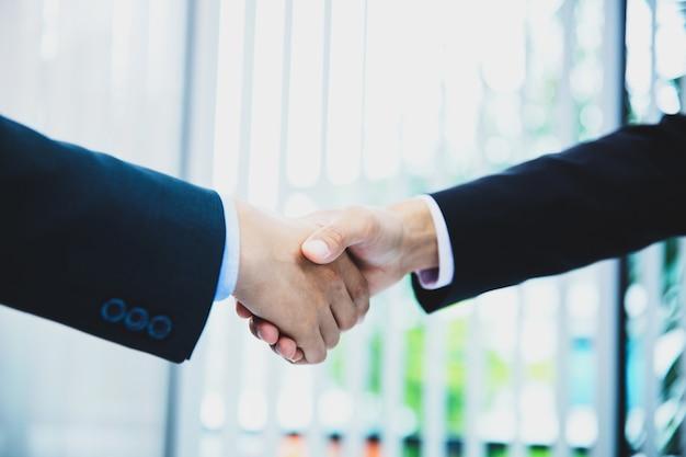 Handshaking de pessoas de negócios depois de bom negócio