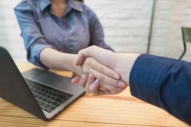 Handshaking de pessoas de negócios no escritório