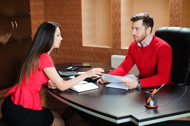 Handshaking de sorriso amigável do homem de negócios e da mulher de negócios sobre