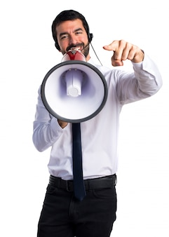 Handsome telemarketer homem gritando por megafone