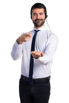 Handsome telemarketer man segurando algo